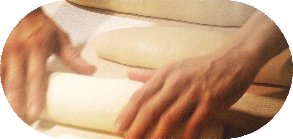 """""""素材が語る""""パンの味 """"食べたいパン"""" """"食べてほしいパン"""" 毎日、朝から晩までパンのことばかり考えている社長とスタッフが """"厳選した素材""""で作った """"真面目なパン""""です。"""