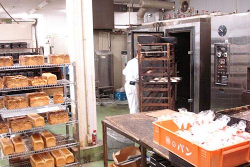 自慢の焼きたてパンは当店で作られています。