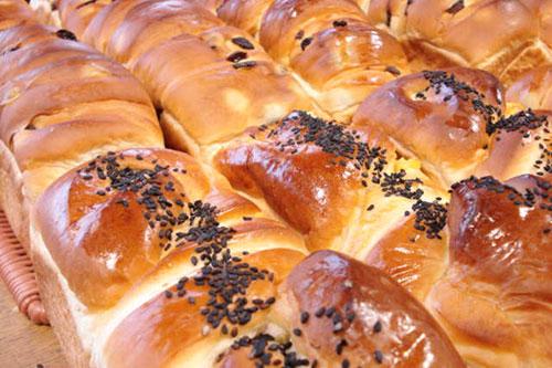 店内には所狭しとおいしいパンが並びます。